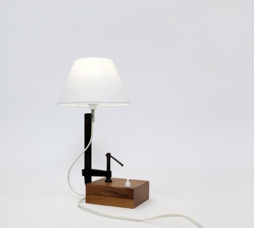 &#8220;Stringimi&#8221;<br/>lampada da tavolo<br/>autoproduzione (2010)